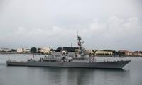 Ảnh: USS Benfold, tàu khu trục tên lửa dẫn đường của hải quân Mỹ, tại căn cứ Thanh Đảo, Trung Quốc, trong chuyến thăm năm 2016. Phía xa là các tàu ngầm đang neo đậu của hải quân Trung Quốc.