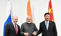 Cuộc gặp ba bên Nga-Ấn Độ-Trung Quốc giữa (từ trái) Tổng thống Nga Vladimir Putin, Thủ tướng Ấn Độ Narendra Modi và Chủ tịch Trung Quốc Tập Cận Bình bên lề Hội nghị thượng đỉnh G-20 2019 tại Osaka, Nhật Bản, ngày 28 tháng 6 năm 2019.