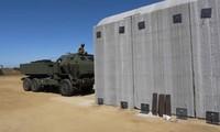 Xe dàn phóng HIMARS của thủy quân lục chiến Mỹ trước boongke xây dựng bằng công nghệ 3D