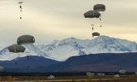 Lính nhảy dù từ Lữ đoàn 4, Sư đoàn Bộ binh 25 thực hiện một chiến dịch phối hợp xâm nhập vào Khu vực Huấn luyện Donnelly, Alaska, ngày 14 tháng 9 năm 2020