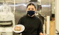 Chuyên gia ẩm thực Seaman Marilyn Mejiasanchez với món tráng miệng trên tàu USS Gerald R. Ford