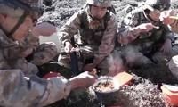Lính Trung Quốc đóng quân trên vùng biên giới Himalaya được tiếp tế món lẩu mùa đông yêu thích bằng máy bay không người lái.