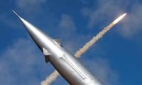 Một tên lửa phóng từ hệ thống phòng không S-300 của Nga bay qua trường bắn Ashuluk bên ngoài Astrakhan, Nga. Quân đội nước này đã triển khai phiên bản tiên tiến của hệ thống S-300 trên một hòn đảo mà Nhật Bản cũng tuyên bố chủ quyền.