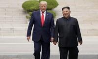 Tổng thống Trump và nhà lãnh đạo Triều Tiên Kim Jong Un gặp nhau tại Khu phi quân sự Triều Tiên ở Panmunjom, Hàn Quốc, vào ngày 30 tháng 6 năm 2019. Reuters