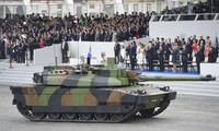 Một chiếc xe tăng Leclerc tại cuộc diễu hành quân sự Ngày Bastille hàng năm trên đại lộ Champs-Elysees ở Paris vào ngày 14 tháng 7 năm 2017. (Getty Images)