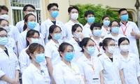 Sinh viên trường ĐH Y Hà Nội tình nguyện vào lực lượng tuyến đầu chống dịch COVID-19. Ảnh: DƯƠNG TRIỀU.