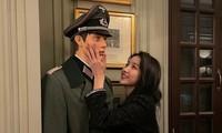 """Sowon (GFriend) gây """"phốt"""" khi tạo dáng bên ma-nơ-canh mặc trang phục của Đức Quốc Xã"""