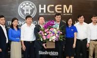 Lãnh đạo T.Ư Đoàn thăm, chúc mừng tập thể giáo viên trường CĐ Cơ điện Hà Nội