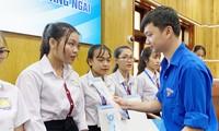 T.Ư Hội Sinh viên Việt Nam trao tặng học bổng tiếp sức học sinh, sinh viên miền Trung