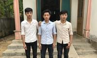 3 anh em trước ngôi nhà nhỏ của mình.