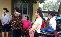 Giáo viên hợp đồng tập trung cạnh UBND huyện Thanh Oai để chờ lời giải thích thỏa đáng từ lãnh đạo huyện. Ảnh: Đình Tuệ/ Lao Động