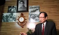 Ông Trần Trọng Duyệt trong căn phòng có ảnh chụp các cựu tù binh Mỹ ở nhà riêng tại Hải Phòng hồi tháng 1. Ảnh: AFP