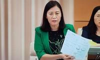 Chủ nhiệm UB Tư pháp Lê Thị Nga dẫn chứng SGK lớp 1 làm luôn bài tập dẫn đến việc chỉ sử dụng được 1 lần. Ảnh: Vietnamnet