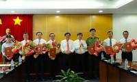 Lãnh đạo tỉnh Bình Dương trao quyết định và chúc mừng các đồng chí được bổ nhiệm.