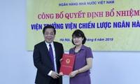 Phó Thống đốc Nguyễn Kim Anh trao quyết định cho đồng chí Nguyễn Thị Hòa