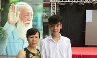 Người thân đưa Đức Anh nhập học trường Lương Thế Vinh ngày 16/6. Ảnh: Triệu Vương.