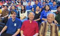 Nhà báo Nguyễn Như Mai (áo đỏ)- cố vấn 20 năm của chương trình đường lên đỉnh Olympia. Ảnh: NVCC