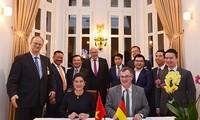"""Tập đoàn Aone Deutschland AG (Đức) và Công ty CP nước AquaOne (Việt Nam) đã ký """"Biên bản ghi nhớ hợp tác về việc tối ưu hoá và vận hành các nhà máy nước cho AquaOne với giá trị 100 triệu USD""""."""