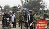 Ông Phạm Thanh Hải - Chánh văn phòng HĐND-UBND huyện Bình Xuyên (đầu tiên, bên phải) đi kiểm tra công tác tại chốt kiểm dịch trên địa bàn ở xã Sơn Lôi (Ảnh: Nguyễn Trường).