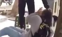 Nữ sinh lớp 10 bị đánh. Ảnh cắt từ clip