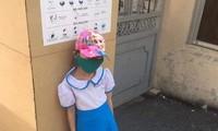 Đi học sớm, 1 học sinh bị bắt đứng ngoài cổng trường giữa trưa nắng.