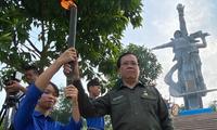 Hôm 7/7, đồng chí Vũ Trọng Kim dâng hương tưởng niệm các anh hùng liệt sĩ, tiếp lửa từ đài lửa tưởng niệm vào từng ngọn đuốc của đoàn viên và đội viên danh dự.