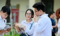 Ngay từ hơn 6h sáng, nhiều thí sinh thi vào lớp 10 tại Hà Nội đã ôn bài trước khi vào môn thi Ngữ Văn ở điểm thi THCS Khương Đình, Thanh Xuân. Ảnh: Như Ý Thí sinh tranh thủ ôn bài trước giờ thi tại điểm thi THCS Phan Đình Giót, Thanh Xuân