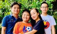 Vợ chồng ca sĩ Tấn Minh - Thu Huyền cùng 2 con.