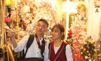 Nam thanh, nữ tú nhộn nhịp lên phố Hàng Mã trước thềm Giáng Sinh