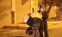 Người lao động nghèo vật lộn mưu sinh trong đêm giá rét ở Hà Nội