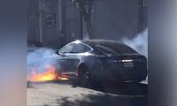 Tesla Model S bốc cháy dữ dội trên đại lộ Los Angeles