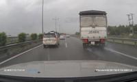 Thót tim với chiếc xe tải nổ lốp trên cao tốc Trung Lương