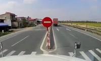 Tránh xe bán tải, container đánh lái sang làn ngược chiều.
