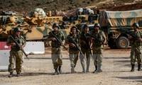 Binh sỹ Thổ Nhĩ Kỳ triển khai tại Reyhanli, tỉnh Hatay, gần khu vực biên giới với Syria. (Nguồn: AFP/TTXVN)