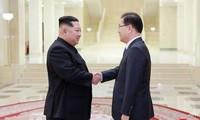 Nhà lãnh đạo Triều Tiên Kim Jong-Un (trái) đón tiếp Trưởng phái đoàn Hàn Quốc Chung Eui-yong (phải), ngày 5/3. (Nguồn: AFP/KCNA).