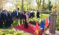 Chủ tịch Quốc hội Nguyễn Thị Kim Ngân và Đoàn công tác dâng hoa trước Tượng đài Chủ tịch Hồ Chí Minh tại Pháp.