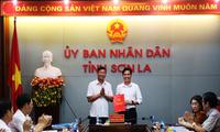 Đồng chí Nguyễn Văn Vỵ trao quyết định phân công cán bộ cho đồng chí Hoàng Quốc Khánh.