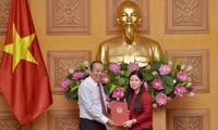 Phó Thủ tướng Thường trực Chính phủ Trương Hòa Bình trao quyết định cho tân Phó Chủ nhiệm Văn phòng Chính phủ Mai Thị Thu Vân. Ảnh: VGP/Nhật Bắc.