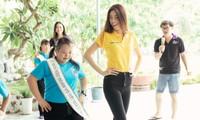 Hoa hậu Khánh Vân dạy trẻ em khuyết tật catwalk trong chuyến từ thiện đầu tiên