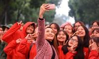 NSƯT Xuân Bắc, Bảo Thanh rạng rỡ bên các bạn sinh viên ở ngày hội Chủ nhật Đỏ