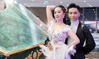 Khánh Thi khoe vòng 1 nóng bỏng, hiếm hoi khiêu vũ cùng Phan Hiển trên sân khấu