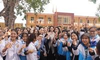 Hoa hậu Đỗ Thị Hà và hai Á hậu được fan nhí vây quanh trong chuyến từ thiện tại Thanh Hoá