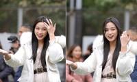 Xem bóng đá ở trường, Hoa hậu Đỗ Thị Hà vẫn cực kỳ xinh đẹp dù ăn mặc giản dị