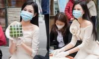 Hoa hậu Đỗ Thị Hà hào hứng gói bánh chưng, được các em học sinh 'bao vây' xin chữ ký