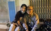 Tiểu Vy, Lương Thùy Linh giản dị đi xe máy trao quà Tết cho người vô gia cư trong đêm