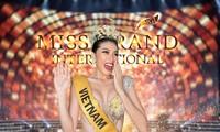 Ngọc Thảo diện váy xẻ vòng 1 nóng bỏng, thực hiện thử thách biểu cảm vương miện Miss Grand