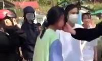 Một học sinh bị tát vào mặt. Ảnh cắt từ clip
