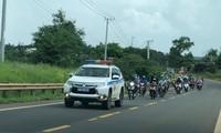 CSGT Công an tỉnh Đắk Nông dẫn đường đoàn người từ vùng dịch đến địa phận tỉnh Đắk Lắk
