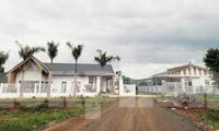 Hai căn nhà này đều xây dựng trái phép, trong đó có căn của ông Trịnh Ngọc Nê (bìa trái)