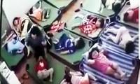 Cô giáo tát cháu bé-ảnh cắt từ camera